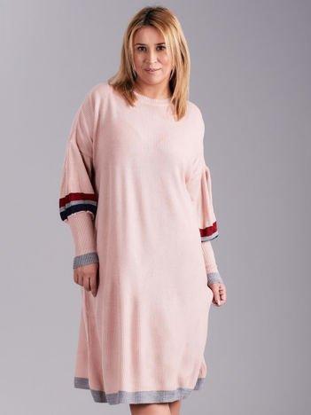 Jasnoróżowa dzianinowa sukienka PLUS SIZE