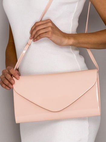 Jasnoróżowa lakierowana torebka kopertówka