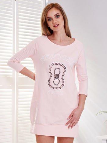 Jasnoróżowa melanżowa sukienka z napisem i perełkami