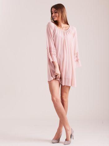 Jasnoróżowa plisowana sukienka