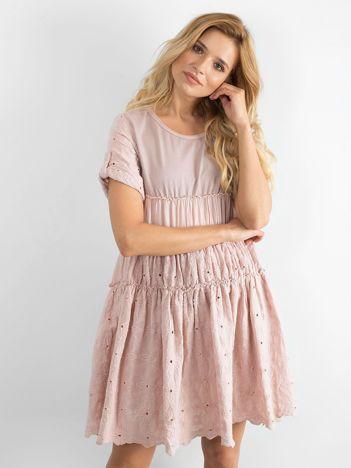 Jasnoróżowa rozkloszowana sukienka z haftem