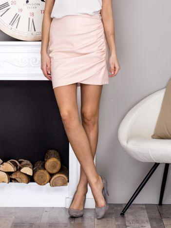Jasnoróżowa spódnica mini z marszczeniem i ozdobnym suwakiem