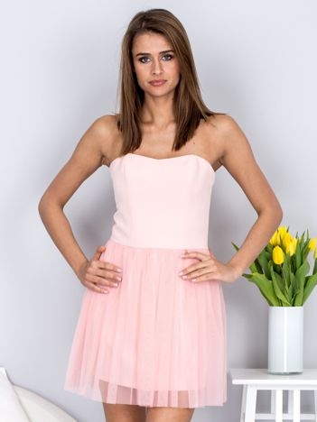 Jasnoróżowa sukienka bez ramiączek z tiulem