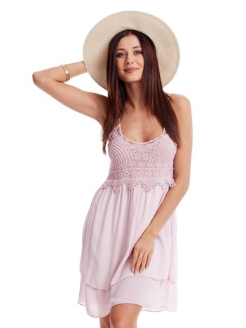 Jasnoróżowa sukienka na cienkich ramiączkach