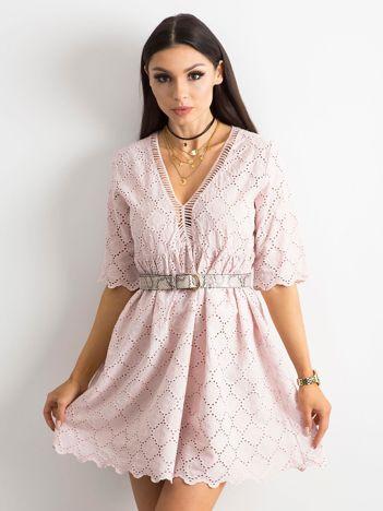 Jasnoróżowa sukienka o luźnym kroju