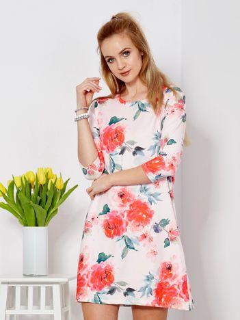 Jasnoróżowa sukienka w malarskie kwiatowe desenie