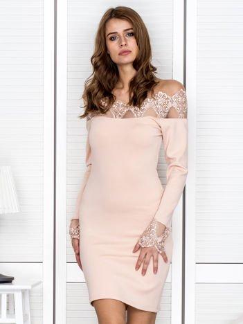Jasnoróżowa sukienka z koronkowym dekoltem i rękawami