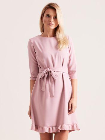 Jasnoróżowa sukienka z wiązaniem i falbanami