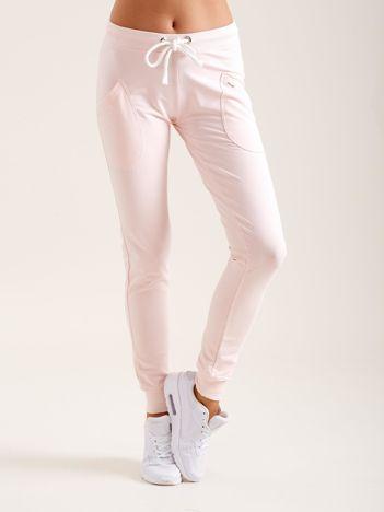 Jasnoróżowe bawełniane spodnie dresowe