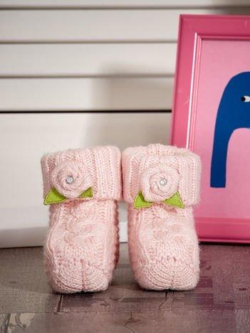 Jasnoróżowe buciki dziewczęce z kwiatuszkami
