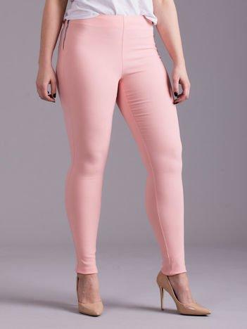 Jasnoróżowe dopasowane spodnie z suwakami PLUS SIZE