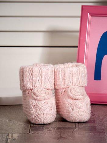 Jasnoróżowe miękkie dziergane buciki dziewczęce
