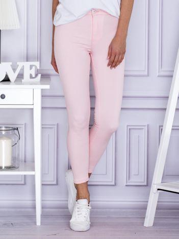 Jasnoróżowe spodnie rurki
