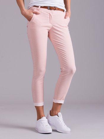 Jasnoróżowe spodnie w drobny wzór