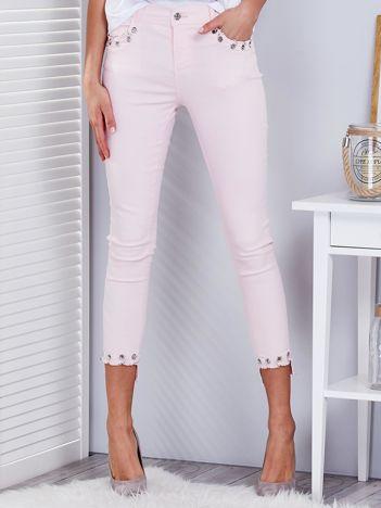 Jasnoróżowe spodnie z kółkami na nogawkach