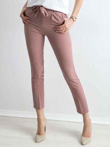Jasnoróżowe spodnie z wiązaniem