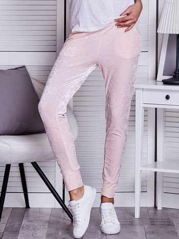 Jasnoróżowe welurowe spodnie dresowe