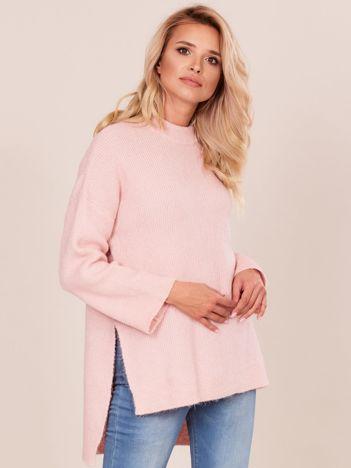 Jasnoróżowy asymetryczny sweter oversize