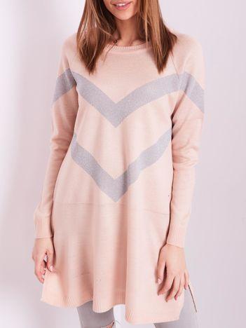 Jasnoróżowy długi sweter z błyszczącym wzorem