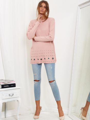 Jasnoróżowy luźny sweter z ozdobnymi ćwiekami