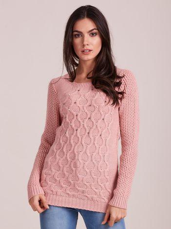 Jasnoróżowy sweter w warkocze z perełkami