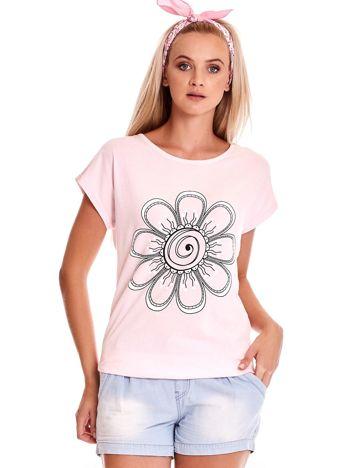 Jasnoróżowy t-shirt damski z kwiatem