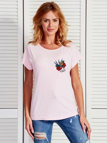 Jasnoróżowy t-shirt damski z nadrukiem tatuażowym