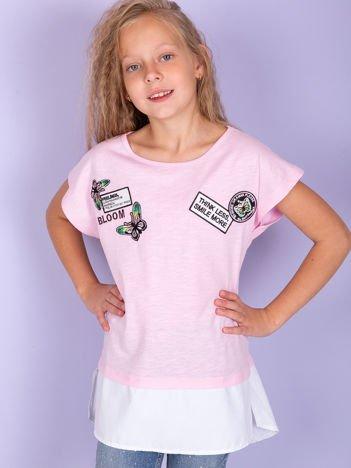 Jasnoróżowy t-shirt dla dziewczynki z naszywkami