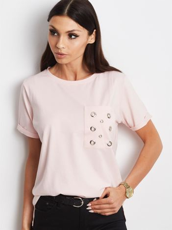 Jasnoróżowy t-shirt z ażurową kieszenią