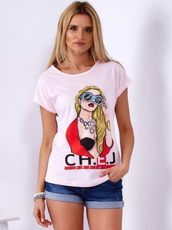 Jasnoróżowy t-shirt z dziewczyną