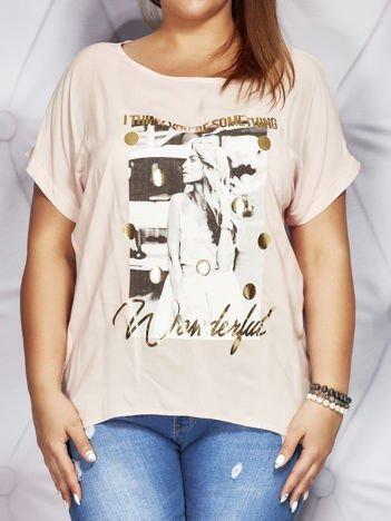 Jasnoróżowy t-shirt z fotograficznym nadrukiem PLUS SIZE