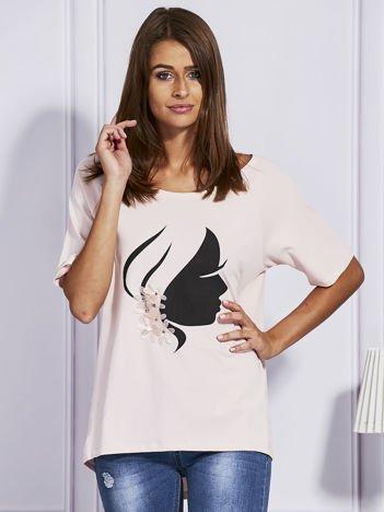 Jasnoróżowy t-shirt z kobiecym profilem