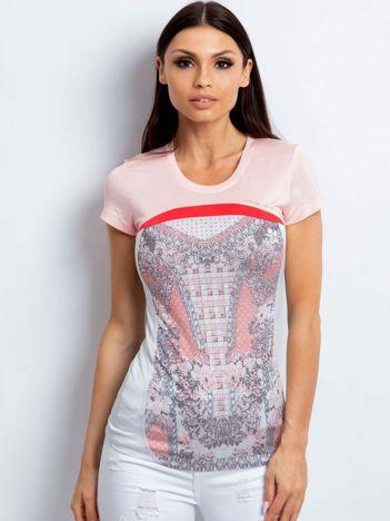 Jasnoróżowy t-shirt z kwiatowym nadrukiem