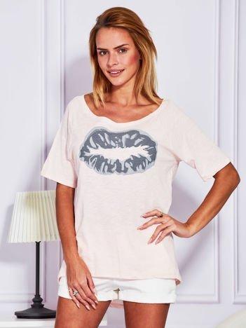 Jasnoróżowy t-shirt z nadrukiem ust