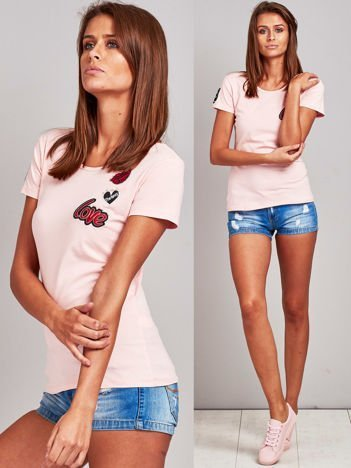 Jasnoróżowy t-shirt z naszywkami