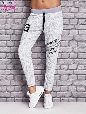 Jasnoszare ocieplane spodnie dresowe z nadrukami