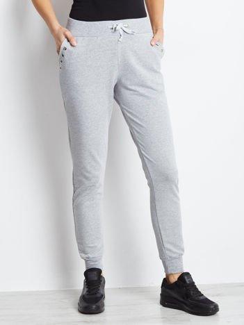 Jasnoszare spodnie dresowe z ażurowym wykończeniem kieszeni