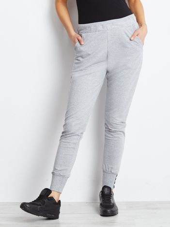 Jasnoszare spodnie dresowe z szerokimi ściągaczami