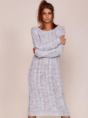 Jasnoszary długi sweter w warkoczowe sploty