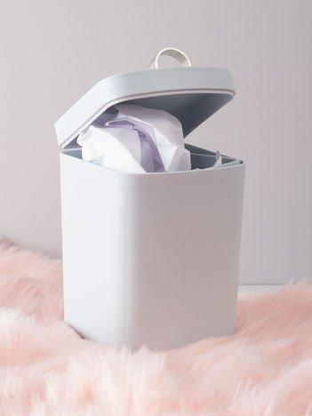 Jasnoszary kosz na śmieci na biurko