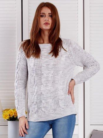 Jasnoszary melanżowy sweter z warkoczowymi splotami