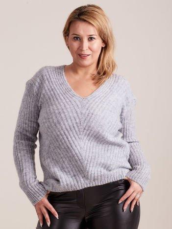 Jasnoszary sweter w serek PLUS SIZE