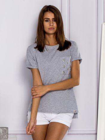 Jasnoszary t-shirt z ażurową kieszenią