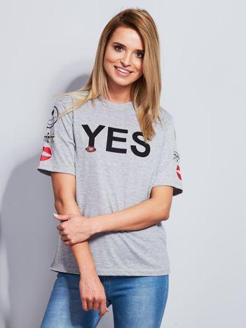 Jasnoszary t-shirt z napisem i kółeczkami na rękawach