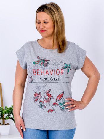 Jasnoszary t-shirt z napisem i motywem roślinnym PLUS SIZE