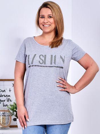 Jasnoszary t-shirt z napisem z perełek PLUS SIZE