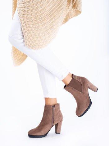 Khaki botki na słupku z elastyczną wstawką po bokach
