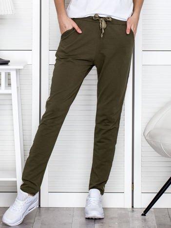 Khaki spodnie dresowe z błyszczącymi lampasami