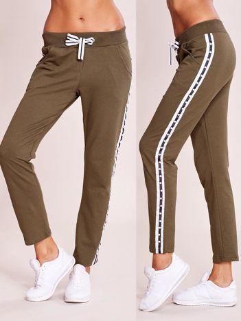 Khaki spodnie dresowe z lampasem z perełkami