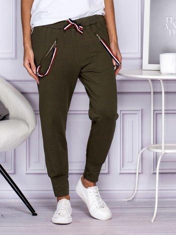 Khaki spodnie dresowe z trójkolorowymi troczkami